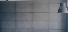 betonowa ściana w mieszkaniu