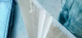 arkusz płyty gipsowo-kartonowej z rowkami na 90 stopni